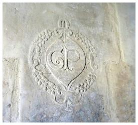 Placée sur un pilier de cheminée d'une maison ancienne de Nieuil, que signifient ces éléments ?